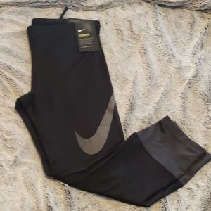 Nike Essential Tight Fit Crop Fit Leggings
